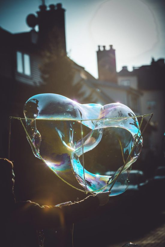 Antek macht Bubbles mit dem Alon auf der Straße